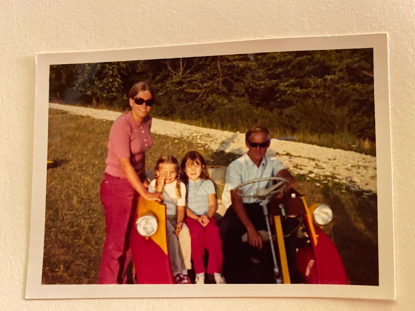 In der Isetta, dem damaligen Rückholfahrzeug, mit weiblichen Beifahrern. Die Isetta stammt aus derselben Zeit, wie die Horex Regina, mit der Traugott noch heute fährt.